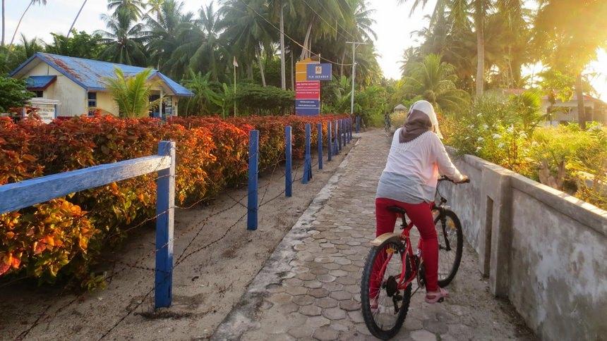 Bersepeda di Pulau Derawan Bersepeda di Pulau Derawan - Dolan Dolen