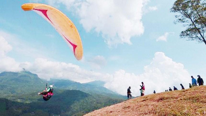 Paragliding di Gunung Haruman Garut Paragliding di Gunung Haruman - Dolan Dolen
