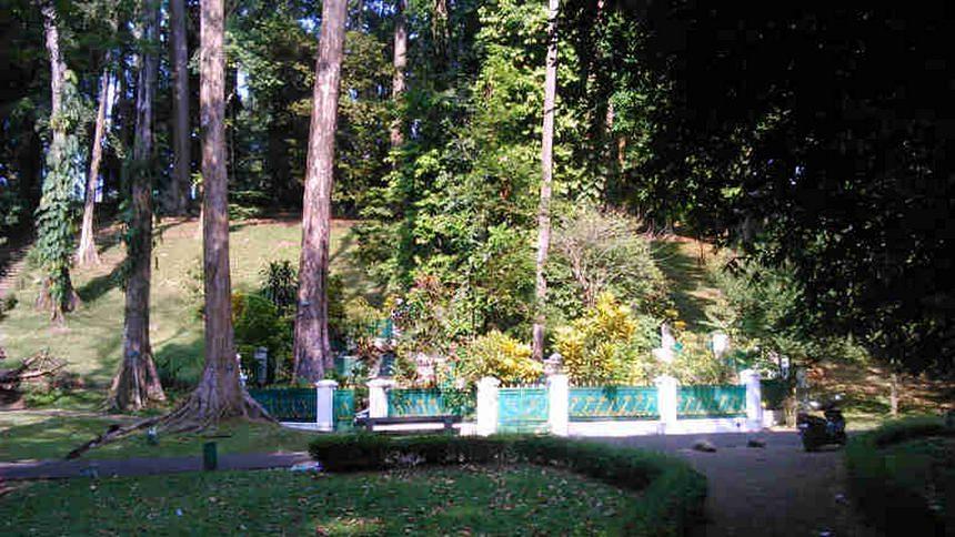 Makam Ratu Galuh di Kebun Raya Bogor Makam Ratu Galuh di Kebun Raya Bogor - Dolan Dolen