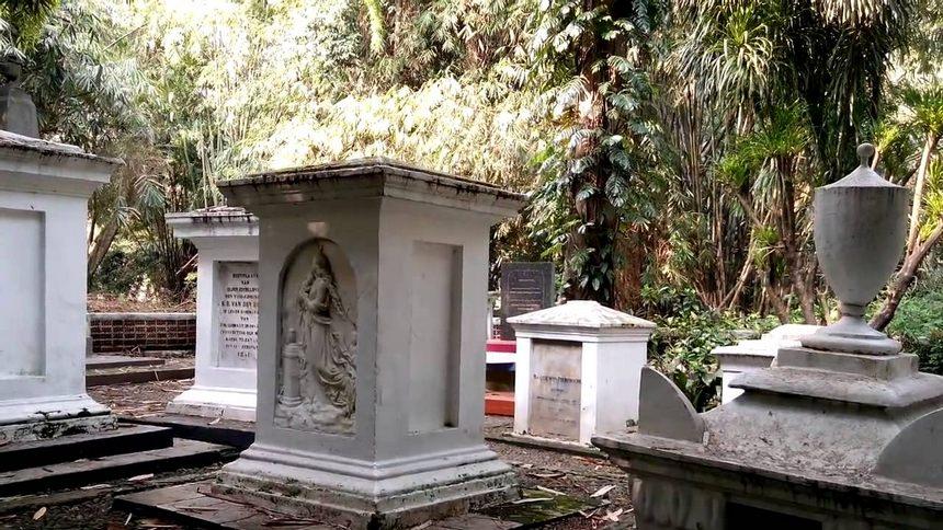 Pemakaman None Belanda di Kebun Raya Bogor Pemakaman None Belanda di Kebun Raya Bogor - Dolan Dolen