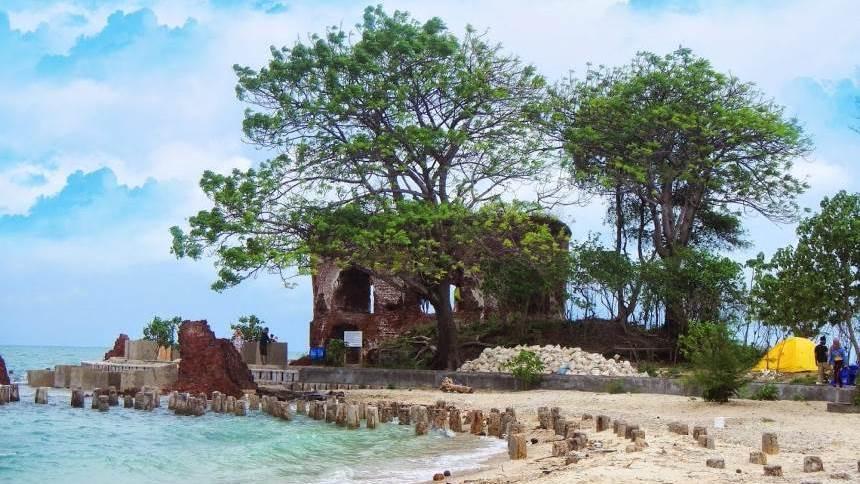 Benteng di Pulau Bidadari Benteng di Pulau Bidadari - Dolan Dolen