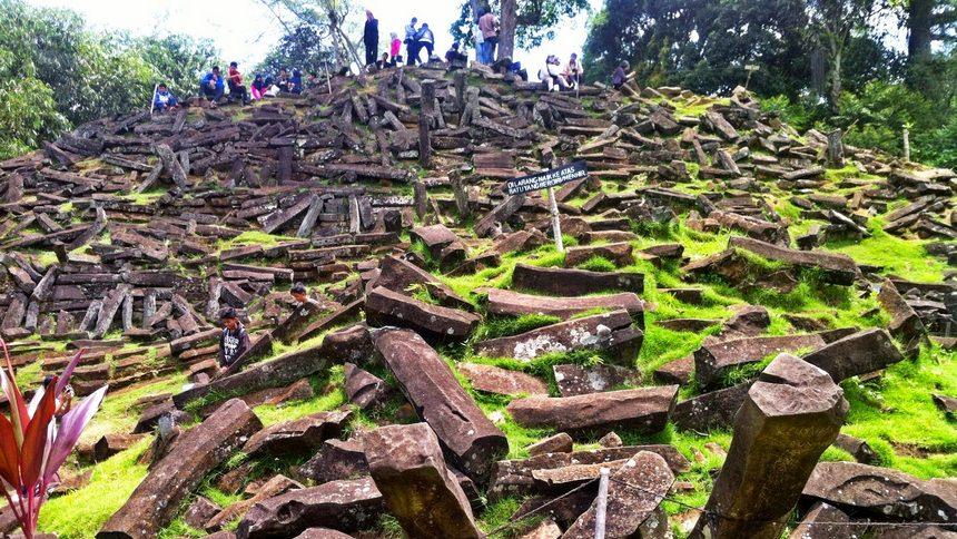 Hamparan Bebatuan Gunung Padang Hamparan Bebatuan Gunung Padang - Dolan Dolen