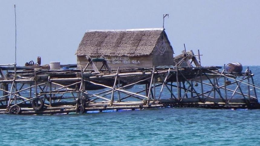 Kelong di Pantai Trikora Kelong di Pantai Trikora - Dolan Dolen