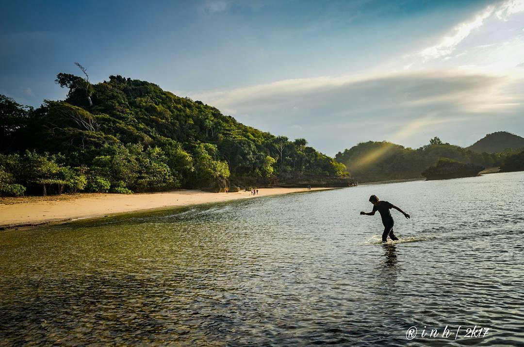 Bertamu ke Pantai Teluk Asmoro, Malang, Kabupaten Malang, Dolan Dolen, Dolaners Bertamu ke Pantai Teluk Asmoro via hamzahshine - Dolan Dolen