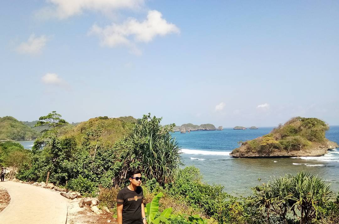 Pesisir Pantai Teluk Asmoro, Malang, Kabupaten Malang, Dolan Dolen, Dolaners Pesisir Pantai Teluk Asmoro via maulanae97 - Dolan Dolen