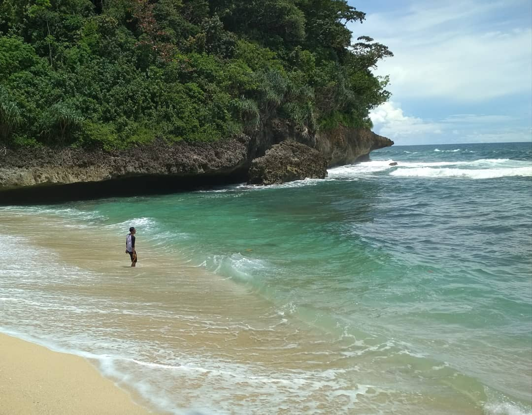 Menikmati Air Laut Selatan di Pantai Ngledakan Ciut, Malang, Kabupaten Malang, Dolan Dolen, Dolaners Menikmati Air Laut Selatan di Pantai Ngledakan Ciut via inotaf  - Dolan Dolen