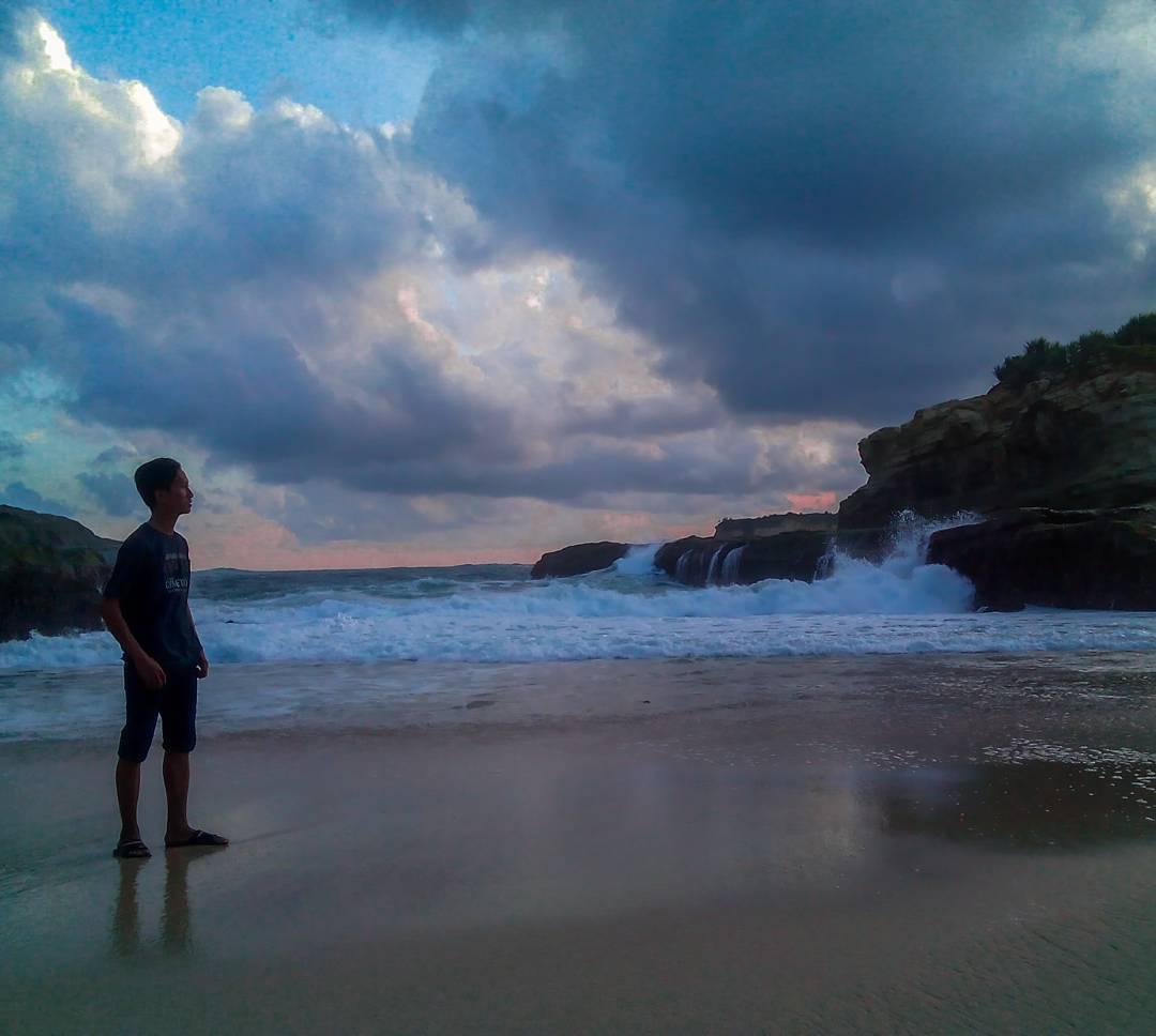 Senja di Pantai Ngledakan Ciut, Malang, Kabupaten Malang, Dolan Dolen, Dolaners Senja di Pantai Ngledakan Ciut via ojik 12 - Dolan Dolen