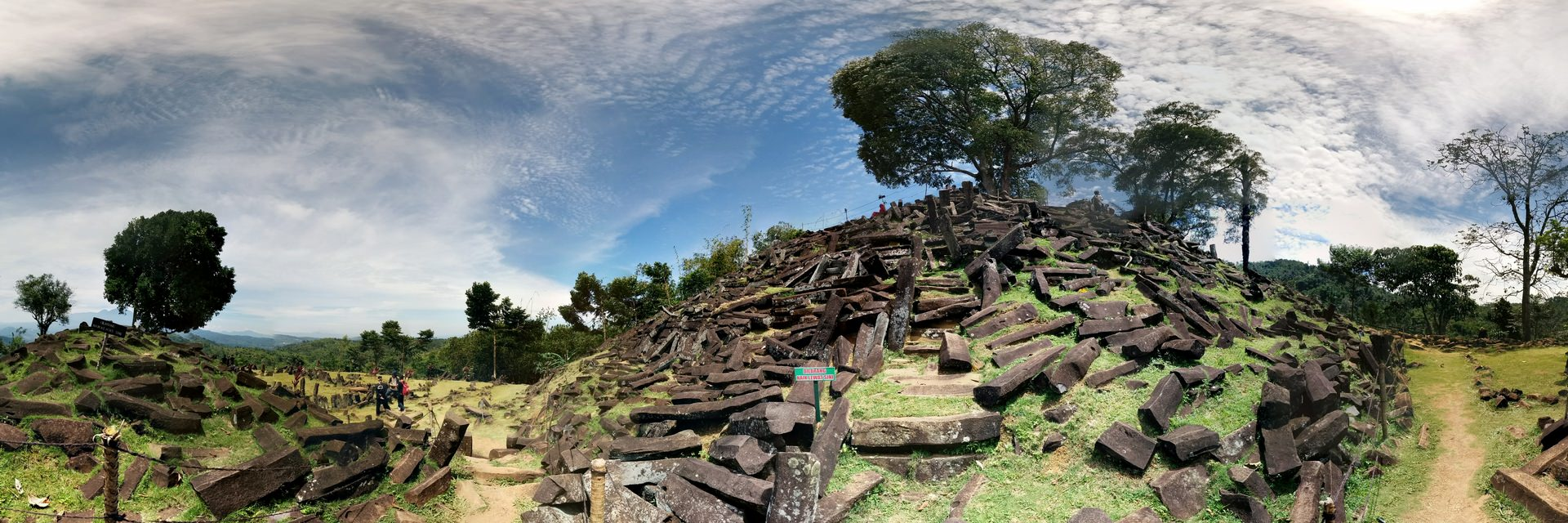Menjelajahi Gunung Padang yang Penuh Misteri Tak Terjawab